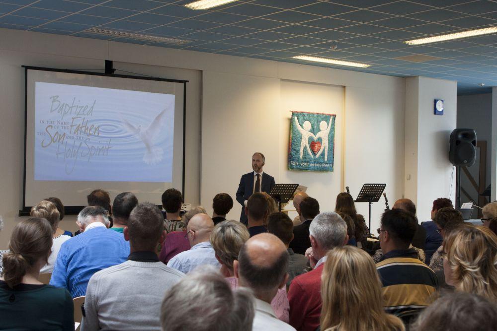 http://www.onderwegonline.nl/5082-liturgisch-puzzelen-in-oegstgeest-en-heerhugowaard